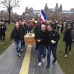 Virusverspreiders op het Museumplein vierden de vele corona doden.