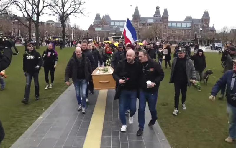 Virusverspreiders op het Malieveld in Amsterdam